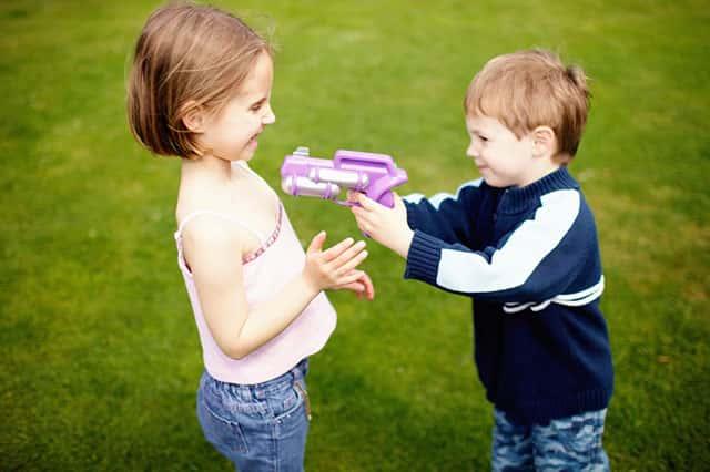 Игра в детское игрушечное оружие фото